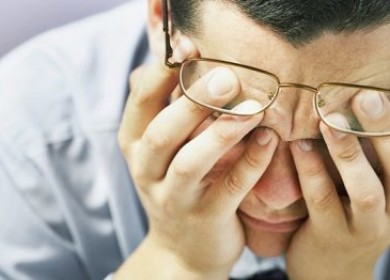 Отчего появляется боль в глазах и головная боль?